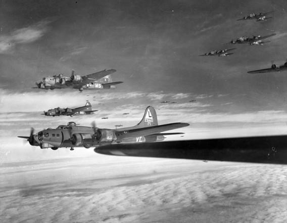Die B-17 wurde von deutschen Jagdflugzeugen abgeschossen und stürzte um 13:40 Uhr im Ortsteil Sennestadt der Stadt Bielefeld nieder.